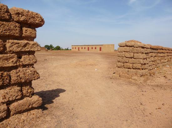 la clôture de l'école de Kiri, réalisée par les habitants